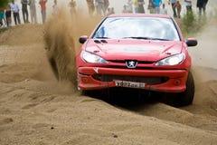 Alex Ket conduce a una Peugeot foto de archivo