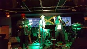 Alex Marley y la banda de la dirección atasca en etapa dentro en el café de BODA Imagen de archivo libre de regalías