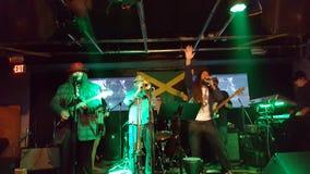 Alex Marley y la banda de la dirección atasca en etapa dentro en el café de BODA Fotos de archivo libres de regalías