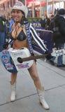Alex Nagi Cowgirl, zabawia tłumu w times square podczas super bowl XLVIII tygodnia w Manhattan Zdjęcia Stock