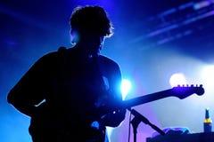 Alex Scally gitarrist av musikbandet för strandhuset, utför på Poble Espanyol royaltyfri fotografi
