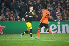 Alex Teixeira mot den Borussia spelare Royaltyfri Foto