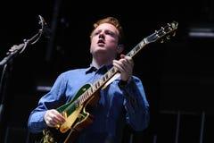 Alex Trimble, chant d'avance, guitare, bat des synths de club de cinéma de deux portes Images libres de droits
