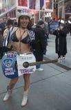 Alex, vaqueira despida, mante distraído a multidão no Times Square durante a semana do Super Bowl XLVIII em Manhattan Fotos de Stock Royalty Free