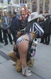 Alex, vaqueira despida, mante distraído a multidão no Times Square durante a semana do Super Bowl XLVIII em Manhattan Foto de Stock