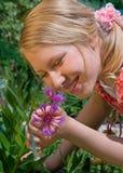 Alexa mit Blume Stockfotografie