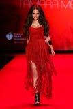 Alexa Ray Joel anda a pista de decolagem no vermelho ir para a coleção vermelha 2015 do vestido das mulheres Imagem de Stock