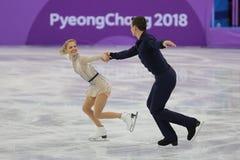 Alexa Scimeca Knierim y Chris Knierim de los Estados Unidos se realizan en el programa de Team Event Pair Skating Short Imagenes de archivo