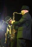 Alexander Brill spelar saxofonen Arkivbild