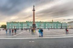 Alexander Column en de Winterpaleis in St. Petersburg, Rusland Stock Afbeelding