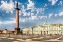 Alexander Column en de Winterpaleis in St. Petersburg, Rusland Stock Foto