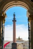 Alexander Column en el cuadrado del palacio en St Petersburg Foto de archivo libre de regalías