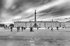 Alexander Column et palais d'hiver à St Petersburg, Russie Photos stock