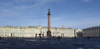 Alexander Column i solsken St Petersburg arkivfoto