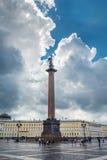 Alexander Column no fundo do céu bonito, animal de estimação do St Fotografia de Stock Royalty Free