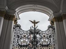 Alexander Column på slottfyrkant i regnet i St Petersburg Royaltyfri Fotografi