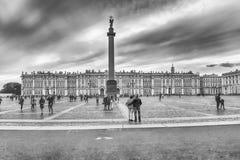 Alexander Column und Winter-Palast in St Petersburg, Russland Lizenzfreies Stockbild