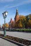 Alexander Garden e Moscou kremlin no dia do outono em Moscou imagens de stock