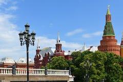 Alexander Garden et la place de Manege sont tous deux près de Kremlin et sont de grands endroits à aller pour une balade Moscou,  photo libre de droits