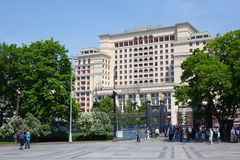 Alexander Garden park entrance gate and Four Seasons Hotel Moscow Stock Photography