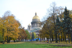 Alexander Garden und StIsaacs-Kathedrale am Herbsttag Stockfotos