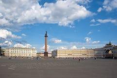 Alexander kolonn och allmän personal på slottfyrkanten, St Petersburg, Ryssland arkivfoto