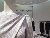 Alexander McQueen marmor-tryck klänning på skärm på Saks Fifth Avenue i Toronto Royaltyfri Bild