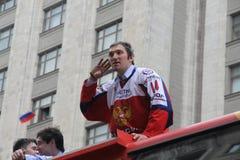 Alexander Mikhaylovich Ovechkin gör själven mot bakgrunden av Kreml, Moskva Arkivbild