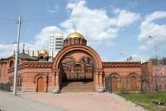 Alexander Nevsky Cathedral (iglesia) en Novosibirsk, Rusia en mayo imagenes de archivo