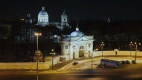 Alexander Nevsky Lavra en nachtverkeer in Heilige Petersburg stock videobeelden