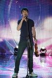 Alexander Rybak in overleg Stock Foto