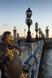 Alexander a terceiros ponte e Seine com Invalides dourado abobada Fotografia de Stock Royalty Free