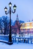 Alexander trädgård i snowing afton för vinter, Moscow Royaltyfri Bild