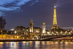 Alexanderen III & Eiffeltorn på natten arkivfoton