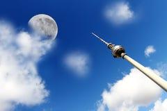 电视塔在有月亮的柏林 库存照片