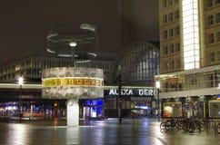 Alexanderplatz e orologio marcatempo del mondo a Berlino alla notte Immagini Stock