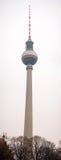 Alexanderplatzpost met de TV-toren op de achtergrond stock afbeelding