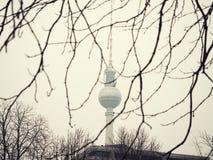 Alexanderplatzpost met de TV-toren op de achtergrond royalty-vrije stock afbeeldingen