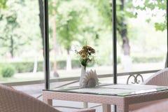 Alexandría, Ucrania - 9 de julio de 2017: Diseño interior de un café del verano en el cuadrado central en Alexandría imagenes de archivo