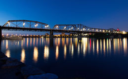 Alexandra-Brücke nachts stockfotografie