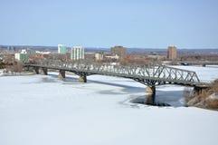 Alexandra-Brückenwinteransicht, Ottawa stockfotos