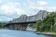 Alexandra Bridge über dem Ottawa-Fluss stockbild