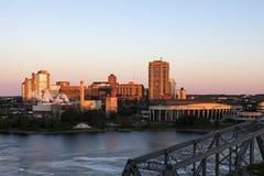 Alexandra Bridge und Skyline von Gatineau lizenzfreies stockbild