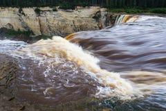 Alexandra Falls tuimelt 32 meters over Hay River, de Tweelinggebieden van het het Parknoordwesten van de Dalingenkloof Territoria Stock Foto
