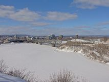 Alexandra Międzydzielnicowy most nad zamarzniętą Ottawa rzeką na zima dniu z śniegiem obraz stock