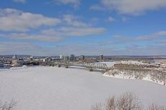 Alexandra Międzydzielnicowy most nad zamarzniętą Ottawa rzeką na zima dniu z śniegiem zdjęcie royalty free