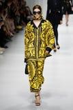 Alexandra Micu camina la pista en la demostración de Versace durante Milan Fashion Week Spring /Summer 2018 fotografía de archivo libre de regalías