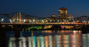 Alexandra poręcz i ruchu drogowego most przy nocą obraz stock