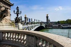alexandre桥梁汽车复制驱动法国阴沉的iii移动巴黎pont空间冬天的日 免版税库存图片