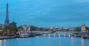 Alexandre brug en de toren van Eiffel op Zegenrivier tijdens het ochtendlicht in Parijs royalty-vrije stock fotografie